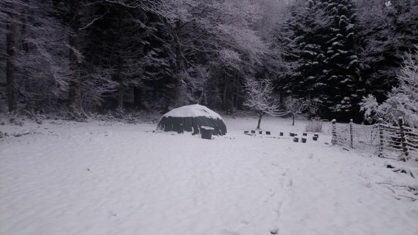 hutte sous la neige